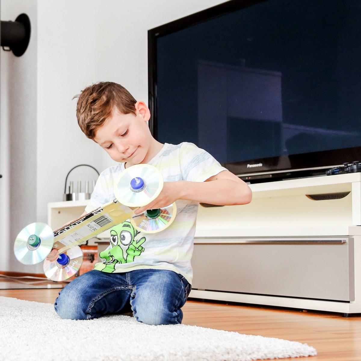 Kleiner Junge bastelt sich ein Skateboard