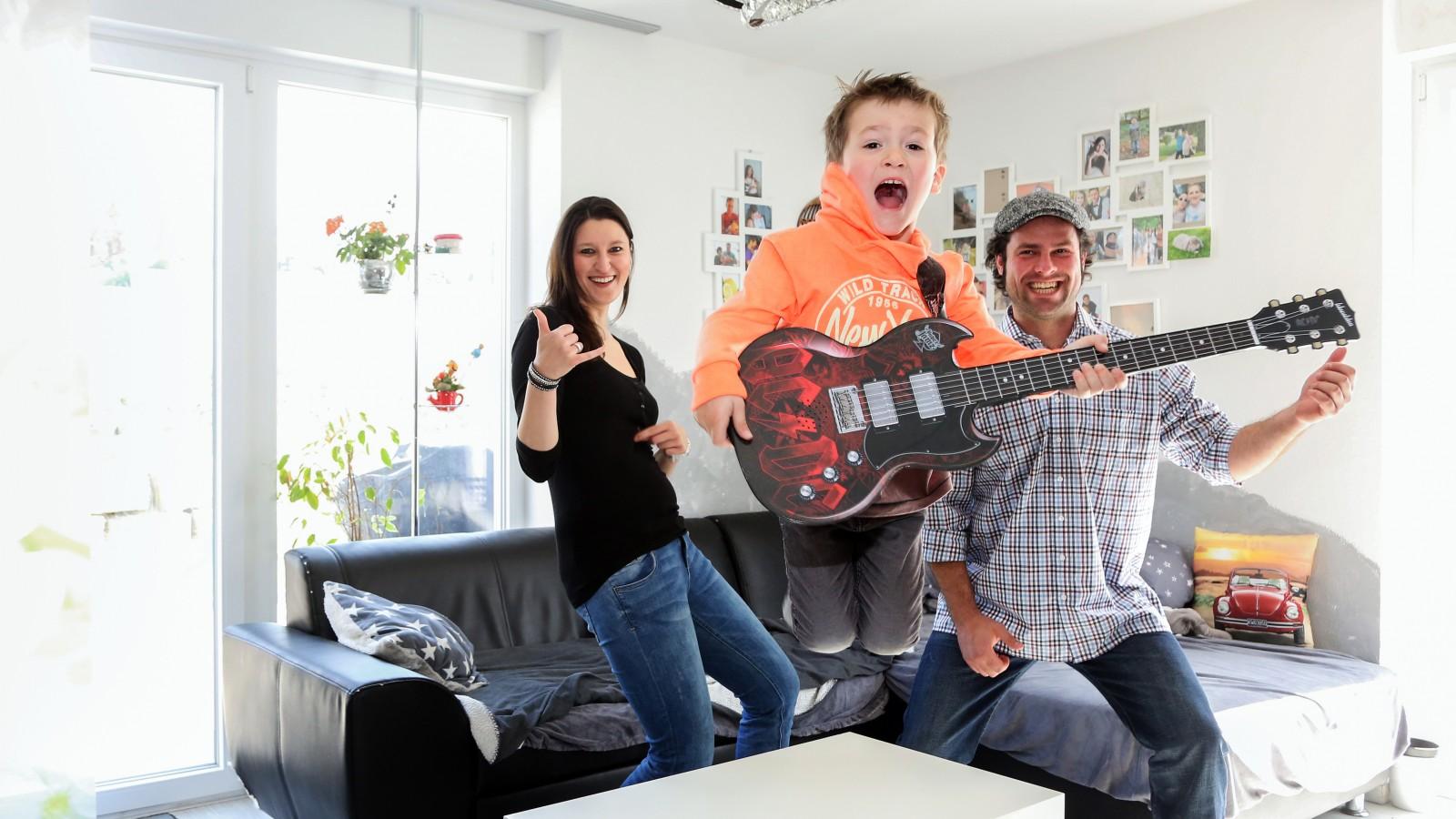 Familie mit Kind hat Spass zu Hause