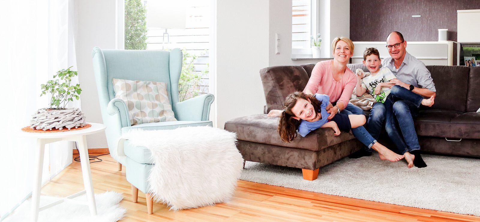 Vierköpfige Familie zu Hause auf Sofa